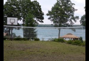 Wypoczynek nad jeziorem jacht żaglowy i jurta