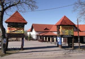 Zajazd w Biskupinie obok Muzeum Archeologicznego